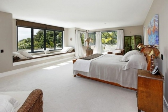 Dormitor cu bancheta la fereastra