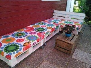 Bancuta de gradina facuta din paleti vopsiti