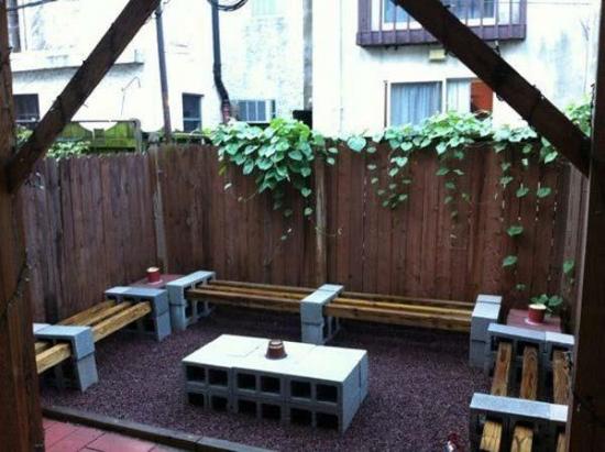 Bancute de gradina din boltari si lemn
