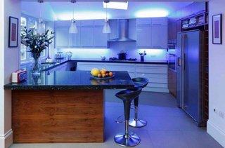 Bucatarie cu lumina led cu nuanta albastra