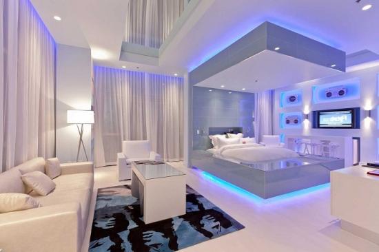 Living combinat cu dormitor separat vizual prin lumini