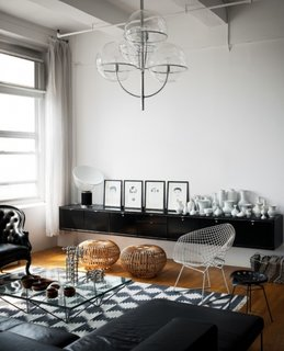 Living amenajat in stil industrial cu lustra cu boluri de sticla