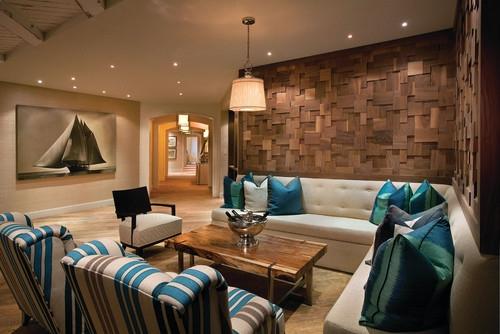 Living cu perete placat cu lemn canapea alba cu perne decorative albastre si lustra moderna