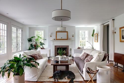 Living mobilat clasic cu lustre mari albe