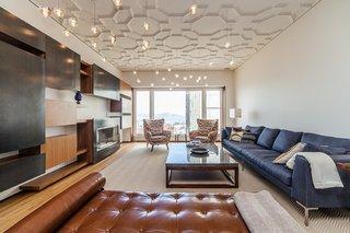 Living modern contemporan cu multe suspensii luminate pe tavan