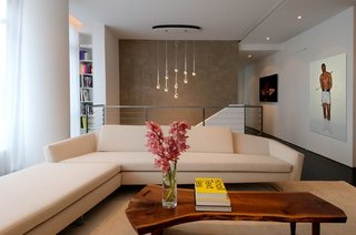 Living modern cu canapea crem si suspensie cu multe leduri