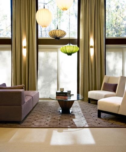 Living modern cu patru lustre de modele diferite