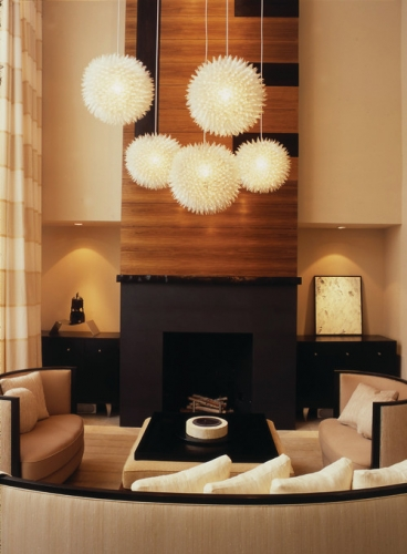 Lustre moderne albe pentru un living amenajat in nuante de crem si maro