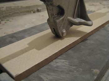 Cum se aseaza placa de faianta in masina manuala de taiat faianta