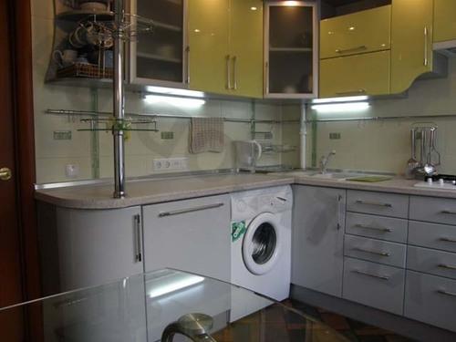 Masina de spalat rufe instalata in bucatarie