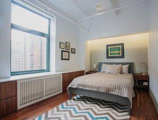 Dormitor modern cu pat pe mijloc si calorifer mascat