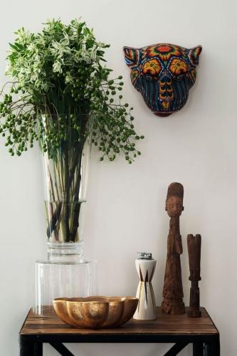 Aranjament decorativ cu masca pe perete