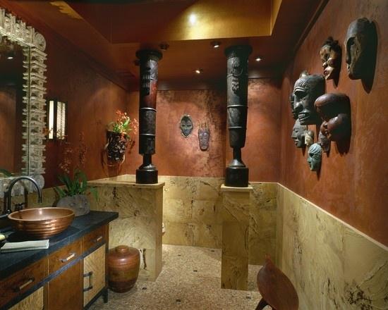Baie amenajata in stil african cu masti pe pereti