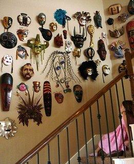 Colectie de masti venetiene pe peretele scarii interioare
