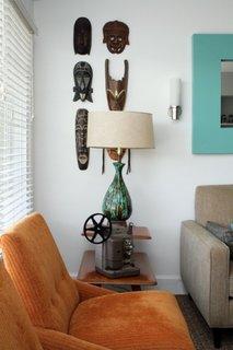 Idee pentru aranjarea unor masti decorative pe peretele din living