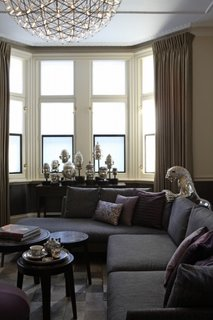 Living amenajat modern in tonuri de gri si decoratiuni argintii