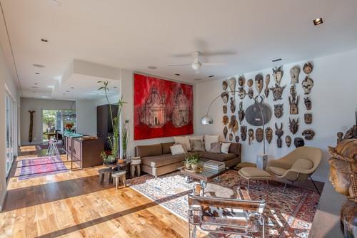 Living contemporan cu tablou mare deasupra canapelei si colectie de masti in lateral