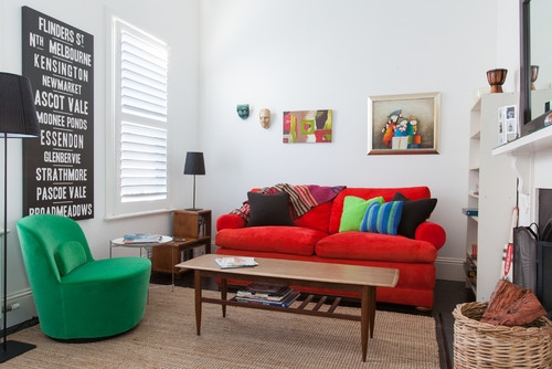 Living cu piese de mobilier colorate si decoratiuni pe pereti