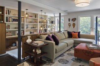 Living modern contemporan cu 4 masti pe peretele dintre ferestre