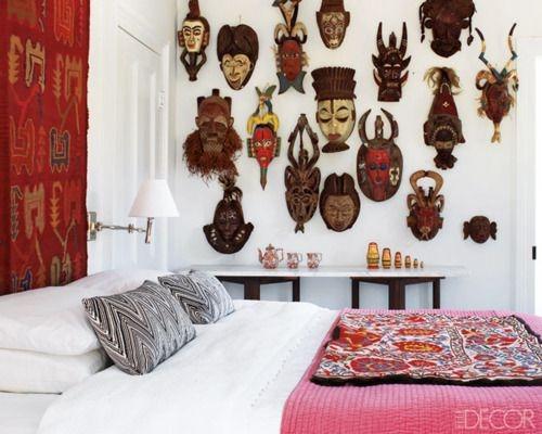 Perete din dormitor cu colectie de masti traditionale pe perete