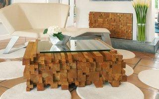 Bucati de lemne asezate in bloc si geam deasupra o masuta de cafea unica