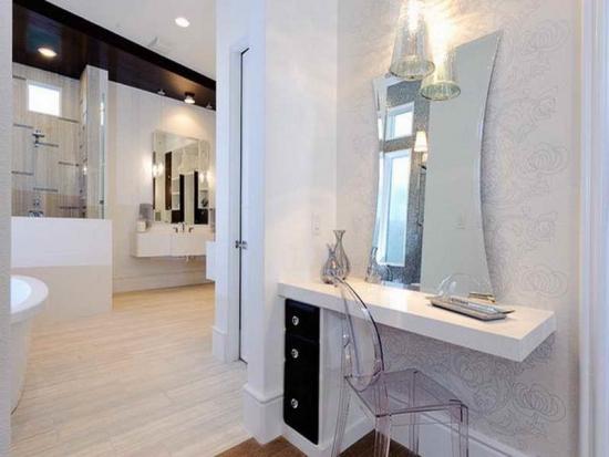Consola cu oglinda si corp de sertare folosita ca si masa de toaleta