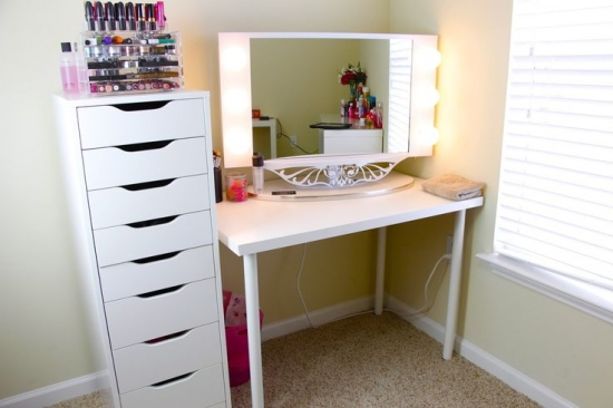 Masa alba cu oglinda si corp cu sertare tip ikea pentru cosmetice