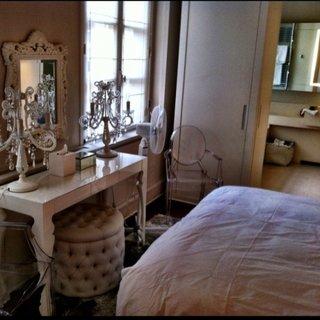 Model de masa de toaleta pentru un dormitor ingust si mic