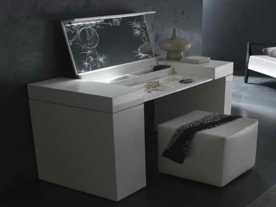 Model de masuta de toaleta cu oglinda rabatabila