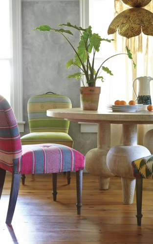 Masa rotunda de dining din lemn asortata cu scaune cu tapiterie colorata