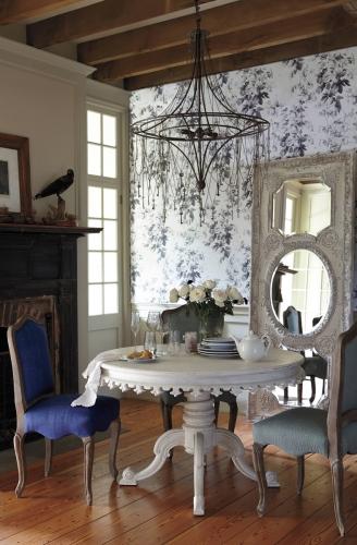 Masa rotunda din lemn alb si scaune albastre si gri