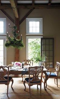 loc de luat masa rustic cu scaune cioplite in lemn si sezut tapitat din catifea albastra