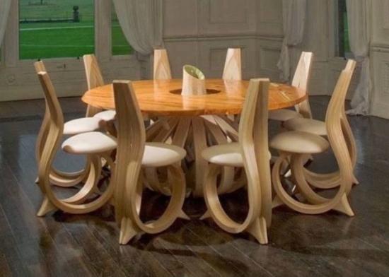 Masa cu scaune din lemn cu forme interesante