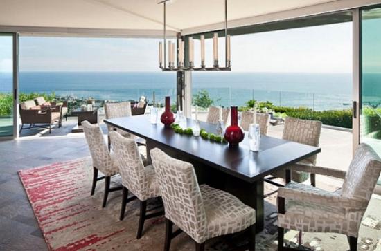 Interior amenajat modern cu scaune tapitate crem