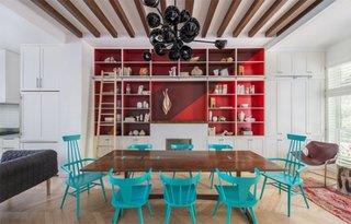 Living open space cu masa mare din lemn de nuc si scaune vopsite in turcoaz