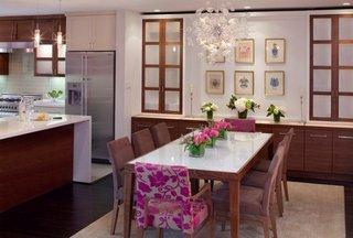 Loc de luat masa cu masa din lemn si scaune in culori vii