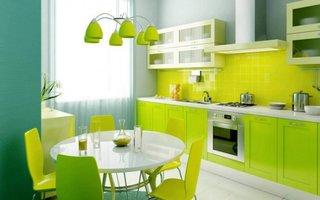 Masa de bucatarie alba rotunda si scaune galben verzi