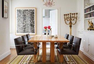 Masa din lemn masiv si scaune cu cadrul din inox si tapiterie de piele neagra