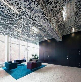 Amenajare moderna tavan placat cu metal perforat