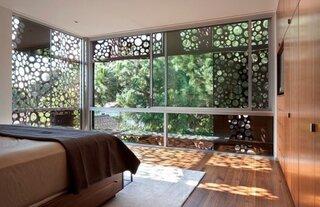 Dormitor amenajat cu panouri decorative metalice pe exterior