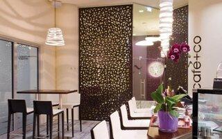 Interior de cafenea amenajat modern cu tabla perforata