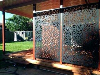 terasa cu perete din panou metal perforat