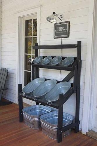 Bar de exterior pentru vara realizat dintr-un suport de lemn fixat pe perete