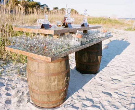 Butoaie si panouri de lemn transformate in bar pentru terasa