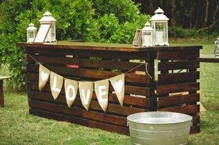 Idee de improvizare a unui bar in gradina din paleti de lemn