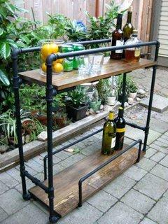 Mini bar de terasa confectionat din conducte si lemn
