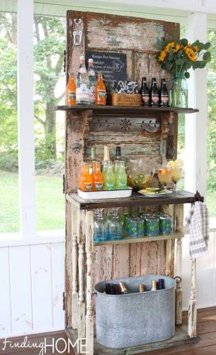 Mini bar pentru afara facut dintr-o usa veche