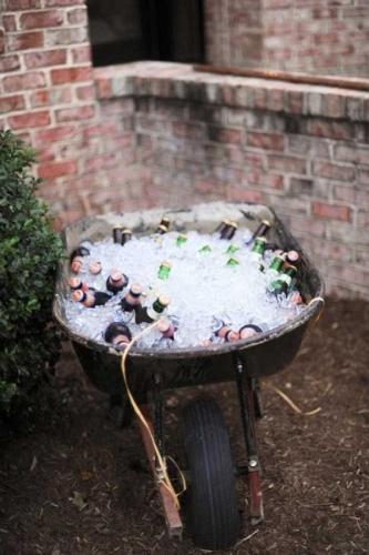 Roaba veche cu gheata si sticle de bere pe post de mini-bar