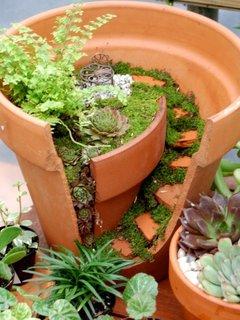 Amenajare gradina miniaturala cu cioburi de ghivece de lut