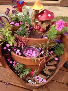 Pietris roz si ciupercute ornamente pentru ghivece